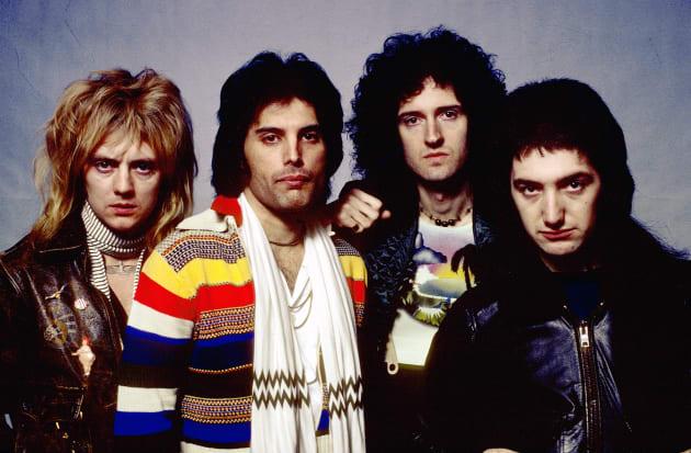 若き日のクイーンのメンバーたち。左からロジャー・テイラーさん、フレディ・マーキュリーさん、ブライアン・メイさん、ジョン・ディーコンさん=1977年