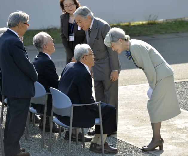 国立ハンセン病療養所「菊池恵楓園」を訪れ、入所者に声を掛けられる天皇、皇后両陛下=2013年10月、熊本県合志市