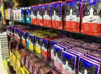 猫の顔が書かれた猫用の食糧がズラっとたくさん並んでいる。スーパーには、高級ネコ用品がずらり。(2018年10月)