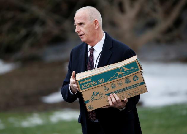キース・シラー氏。箱の中身はまさか、、、クォーターパウンダーじゃないですよね...。