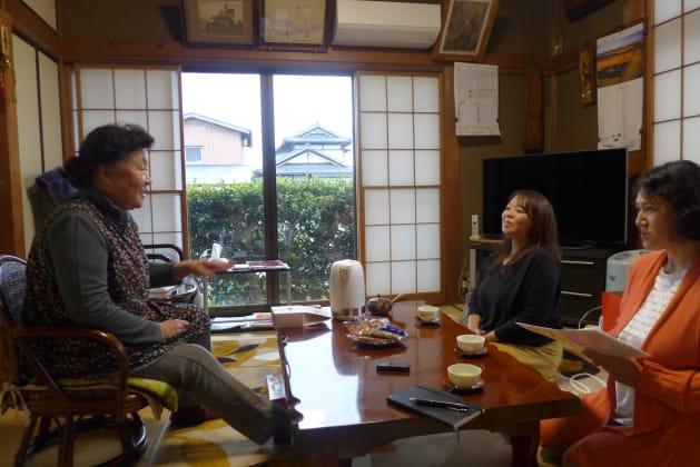 井上さんの家を訪れた坂井さん(真ん中)と同僚の坂上さん(右)