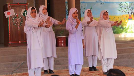 「手を洗いましょう」の詩を朗唱しながら、手洗いの手順をパフォーマンスで示す子どもたち