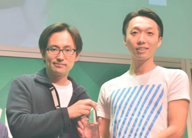 トロフィーを受け取る株式会社空の松村さん(右)と、TechCrunch日本版編集長の西村賢