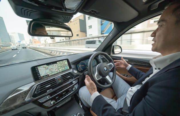 アクティブ・クルーズ・コントロール中は、レーダーやカメラが前の車や車線を検知し、車間距離を維持しながら自動で加減速をしてくれる。さらにステアリング&レーン・コントロール・アシストを併用することで、アクセル、ブレーキ、ステアリングを自動的に操作し、車両が常に車線の中央を走行するようにサポートします。ドライバーはハンドルに手を添えているだけで、負荷は少ない。