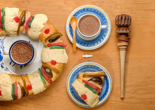 Rosca de Reyes con chocolate caliente.