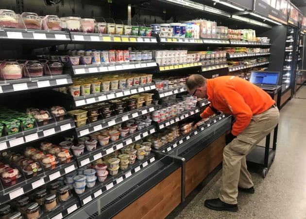 Un empleado de Amazon administra el inventario en la tienda días antes del debut público de la tienda, en Seattle, Washington.