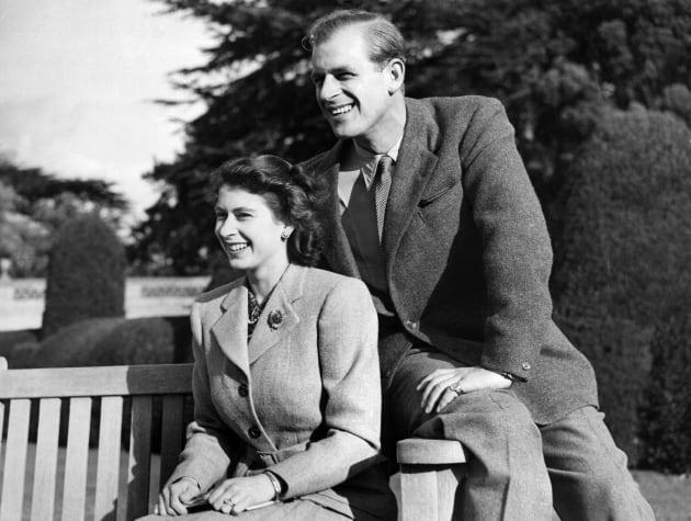 新婚当時のエリザベス英女王(左)とフィリップ殿下(イギリス・ハンプシャー州)  撮影日:1947年11月25日