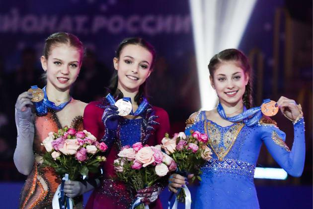 シェルバコワ選手(中央)と、2位のアレクサンドラ・トルソワ(左)、3位のアリョーナ・コストルナヤの両選手=12月22日、ロシア・サランスク