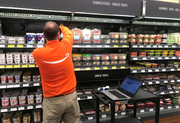Un empleado de Amazon administra el inventario en la nueva tienda de la compañía en Seattle.