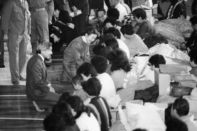 三原山の噴火で、避難した伊豆大島の島民に励ましの言葉を掛けられる皇太子ご夫妻=1986年11月29日、東京都千代田区の区立総合体育館