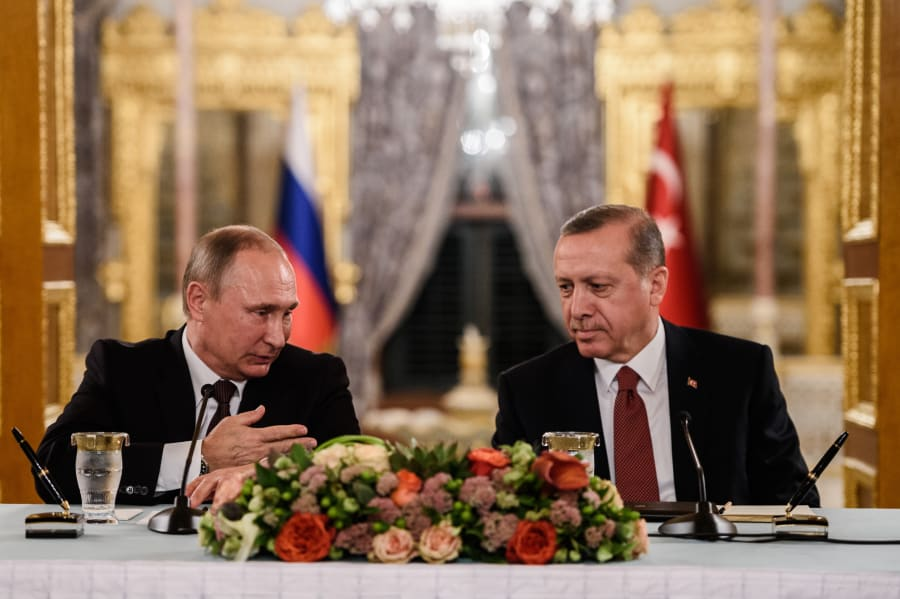 El presidente de Rusia, Vladimir Putin, junto a su homólogo turco Recep Tayyip Erdogan, durante una conferencia de prensa en Estambul, el 10 de octubre de 2016
