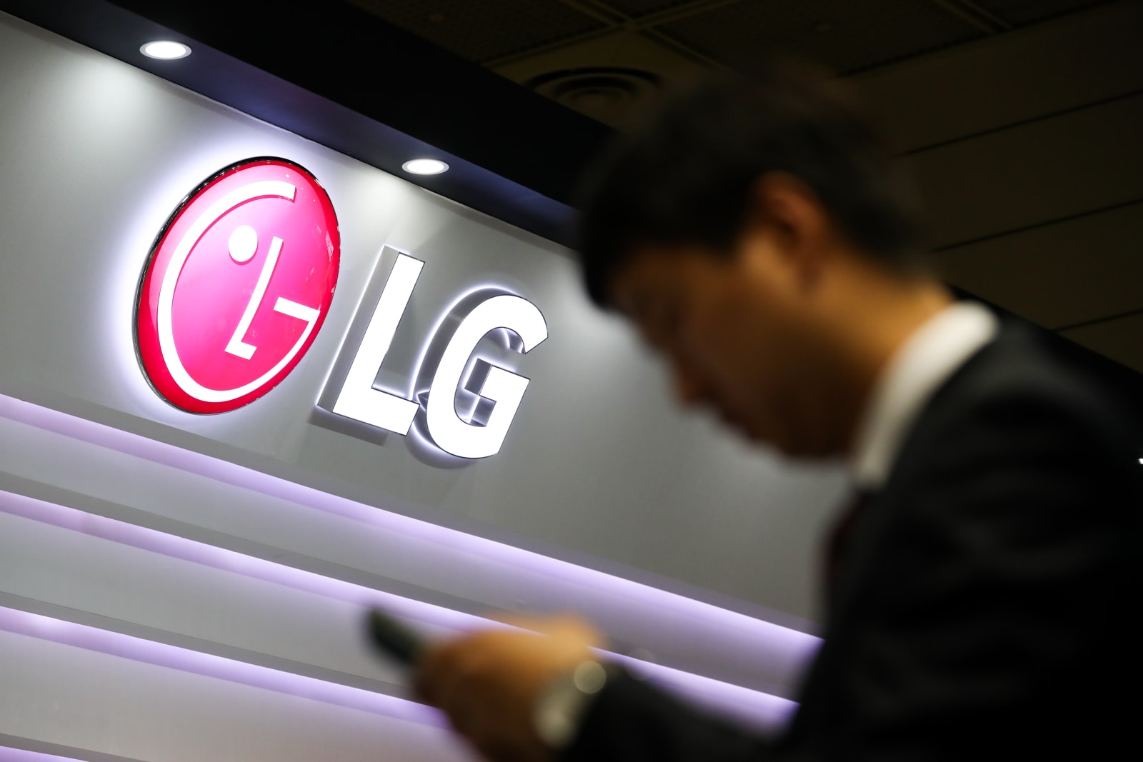 LG will unveil its five-camera V40 ThinQ on October 3rd
