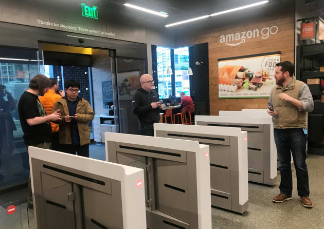 Los compradores entran a la tienda Amazon Go ubicada en el edificio de oficinas de Amazon en Seattle, Washington.