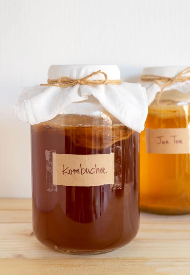 La kombucha contiene miles de millones de microbios probióticos que contribuyen a la salud intestinal y al proceso digestivo.