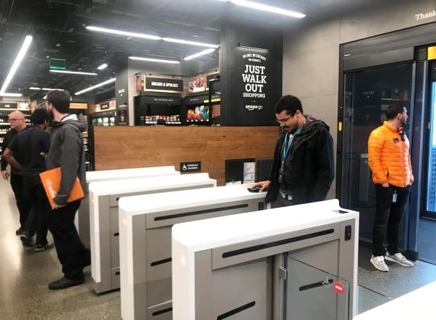 Un comprador escanea una aplicación de teléfono inteligente asociada con su cuenta de Amazon e información de su tarjeta de crédito para ingresar a la tienda Amazon Go en Seattle, Washington. Foto tomada el 18 de enero de 2018.