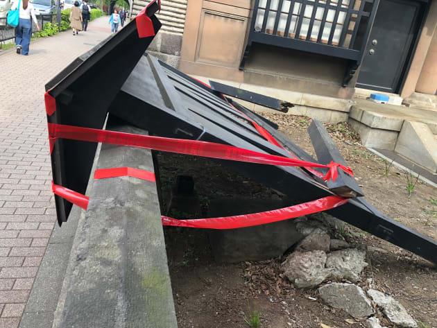 歩道側に倒れた、湯島聖堂の木製案内板