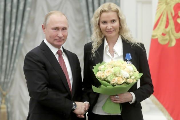 フィギュアスケート界の発展に尽力したとして、プーチン大統領から表彰されるエテリ・トゥトベリーゼさん=11月27日、モスクワ