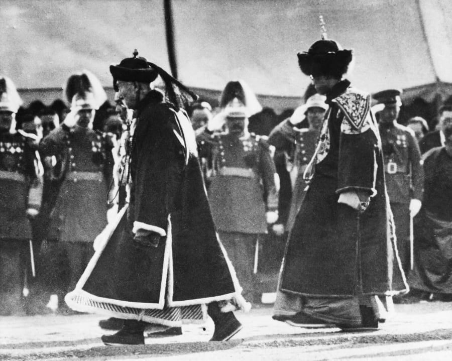 即位式に先立つ清朝伝統の儀式に臨む溥儀(右)。竜袍を着用している。