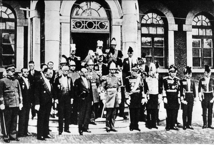 満州国軍大元帥服を着用した溥儀(中央)