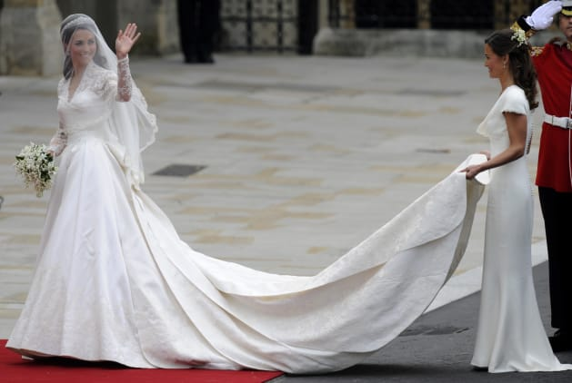 ODD ANDERSEN Via Getty Images Kate Middleton Waves As She Arrives At The West Door Of Westminster Abbey In London For Her Wedding To Prince William