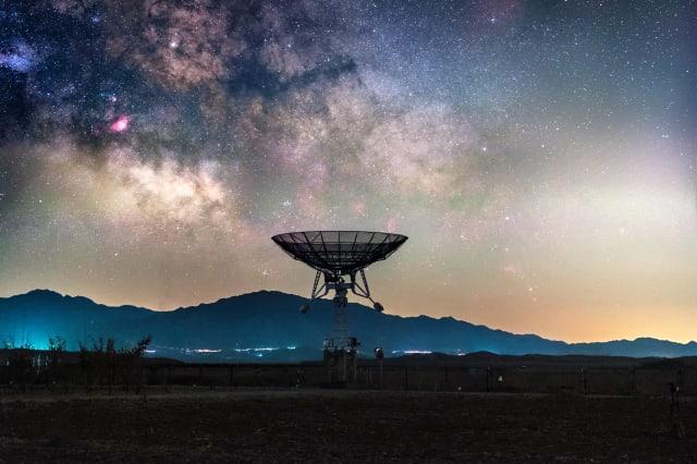 Milky way above radio telescope