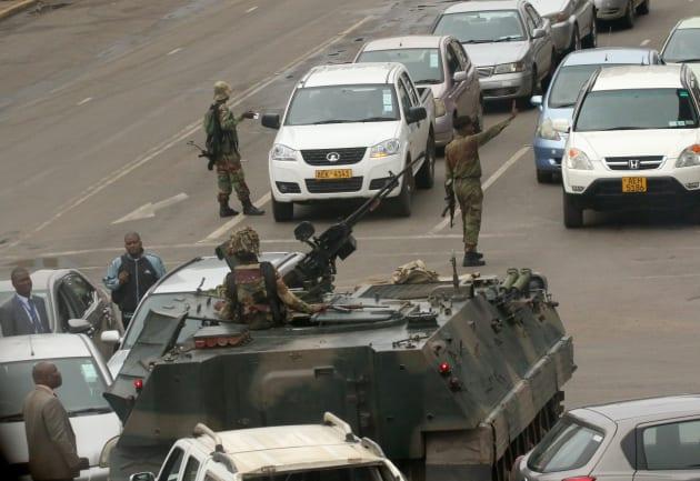 路上に展開するジンバブエ軍。November 15,2017. REUTERS/Philimon Bulawayo