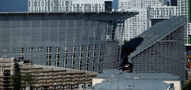 建設が急ピッチで進むエカテリンブルク・アリーナの仮設スタンド(右)