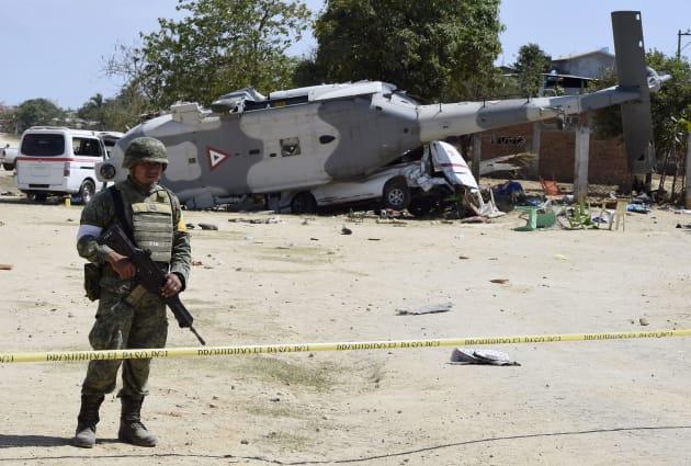 ヘリ墜落現場に警戒線を張って監視するメキシコ軍兵士