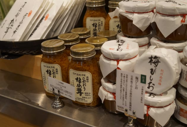 店内に並ぶ日本産食品。