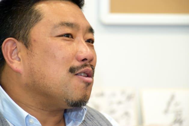 国内外4か所に拠点を置く村井さん。バネによるアクセサリーを商品化するなど、モノ作りの場を広げる。