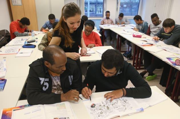 ポツダムでドイツ語を学ぶ難民たち。2015年11月 (Photo by Sean Gallup/Getty Images)