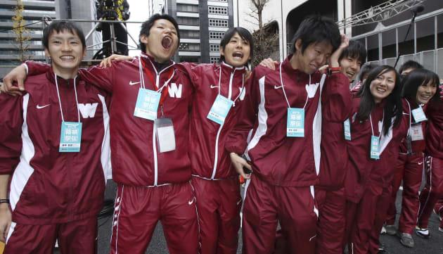 総合優勝し喜ぶ早稲田チーム=2011年1月3日、東京・大手町[代表撮影]