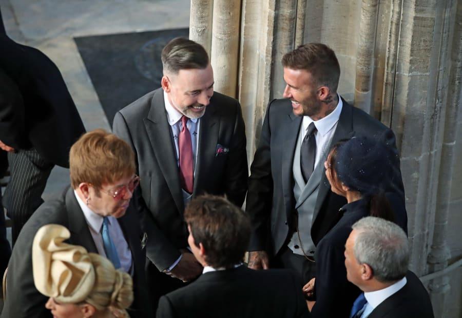O ex-jogador David Beckham e sua esposa Victoria Beckham conversam com Elton John e companheiro David Furnish