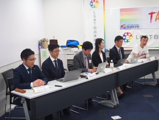 日本のLGBT自治体議連のメンバーらと、明治大学法学部の鈴木賢教授(写真右)