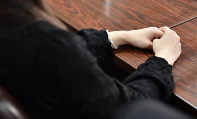 記者会見に臨む原告女性の一人=東京地裁