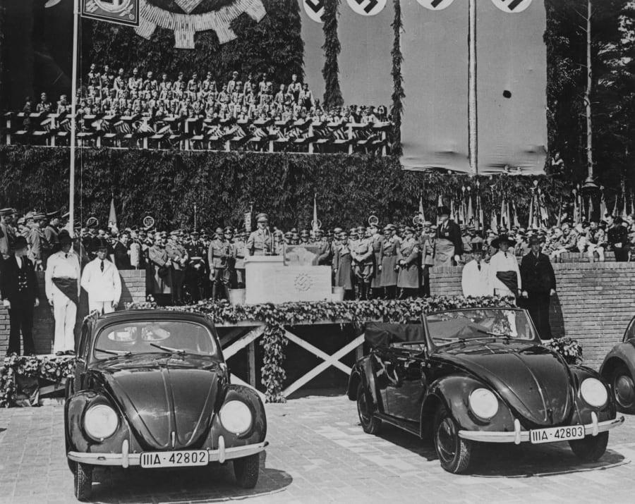 1938年、完成した「KdFワーゲン」の隣で演説するドイツのアドルフ・ヒトラー総統