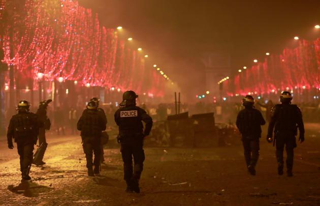 シャンゼリゼ通りを歩く警官。