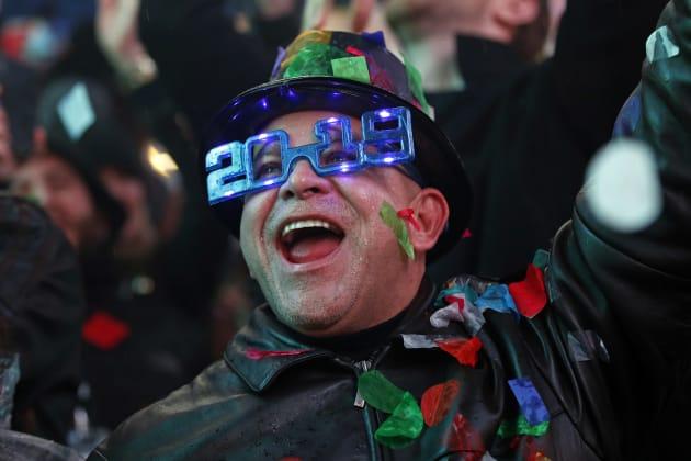 ニューヨーク・タイムズスクエアで新年を祝う人々