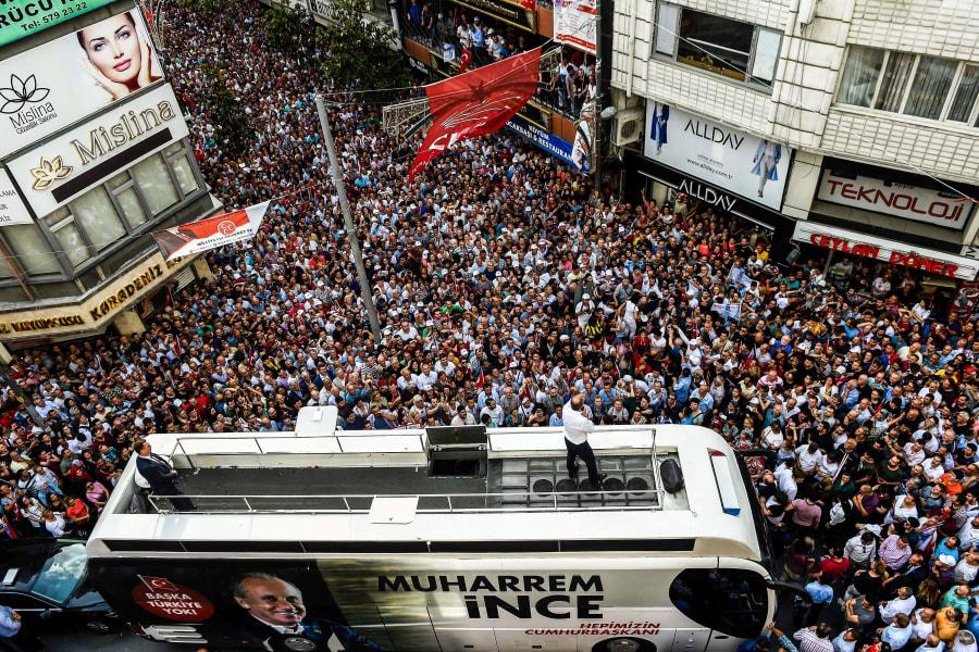 Muharrem Ince, candidato a la presidencia del partido principal de oposición CHP, pronuncia un discurso desde el techo de un ómnibus, el 10 de junio de 2018 en Estambul