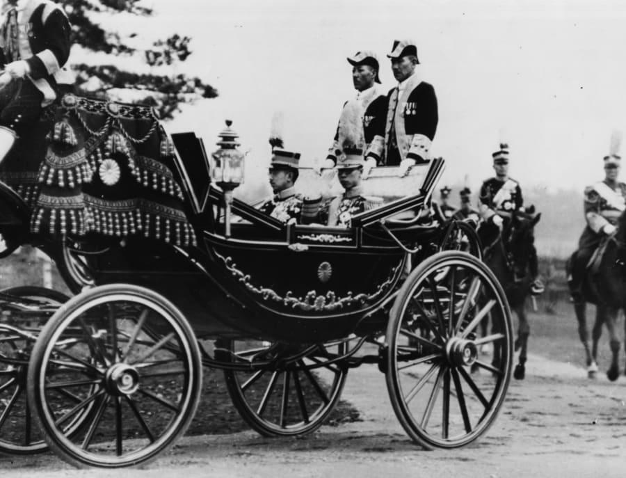 1935年、馬車に乗る昭和天皇(左)と来日した溥儀(右)。(Photo by Fox Photos/Hulton Archive/Getty Images)