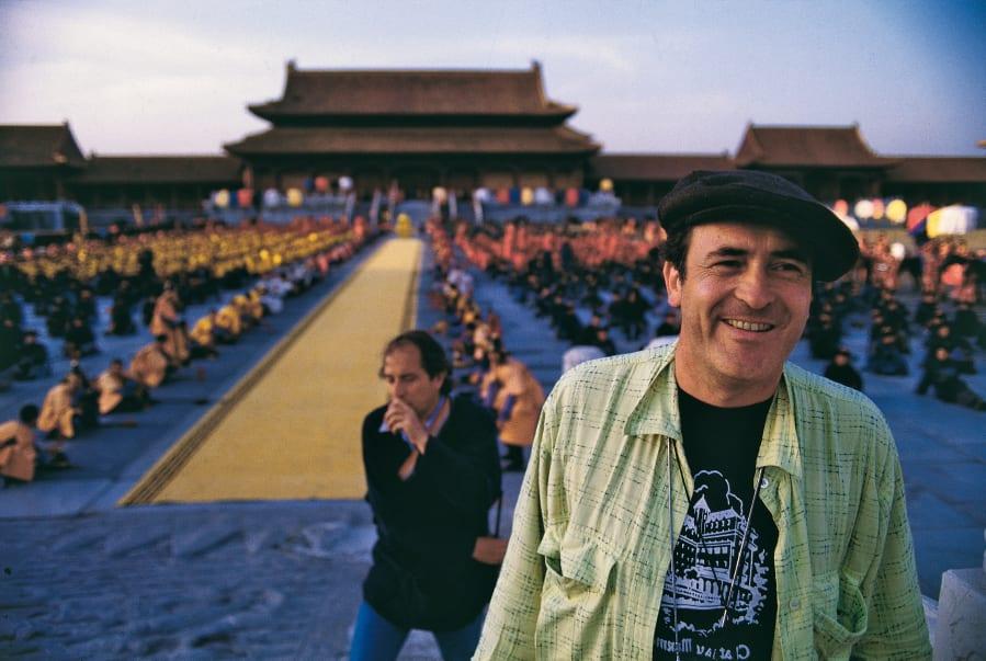1987年、北京で「ラストエンペラー」の撮影に臨むベルナルド・ベルトルッチ監督。(Photo by Mondadori Portfolio by Getty Images)