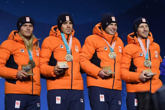 スピードスケート男子団体パシュートの表彰式で銅メダルを首にかけるオランダチーム。一番右がヤン・ブロクハイゼン選手