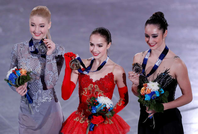 みんなでメダルを掲げているザギトワ選手