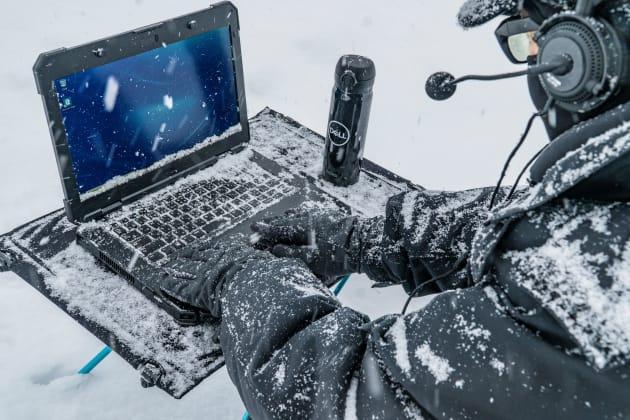 画面に雪が積もり、下部のタスクバーが見えない。