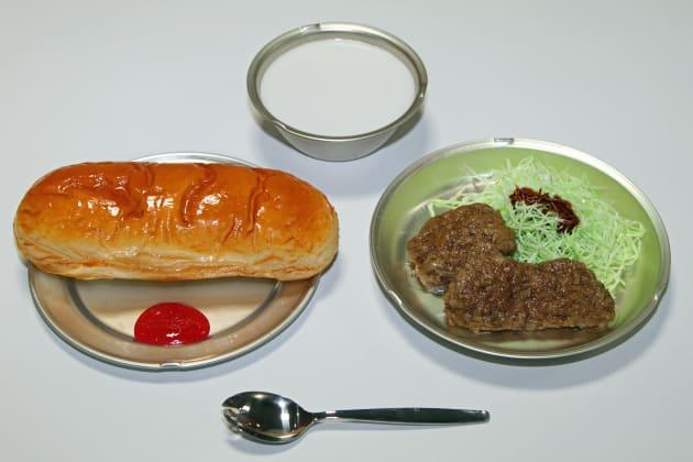 昭和27年の学校給食。コッペパン、ミルク(脱脂粉乳)、鯨の竜田揚げ、せんキャベツ、ジャム。(学校給食歴史館の展示サンプルを撮影)