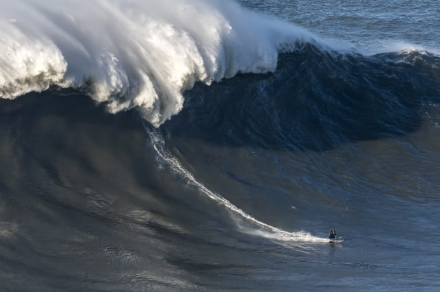 Big Wave Surfers Head to Nazare