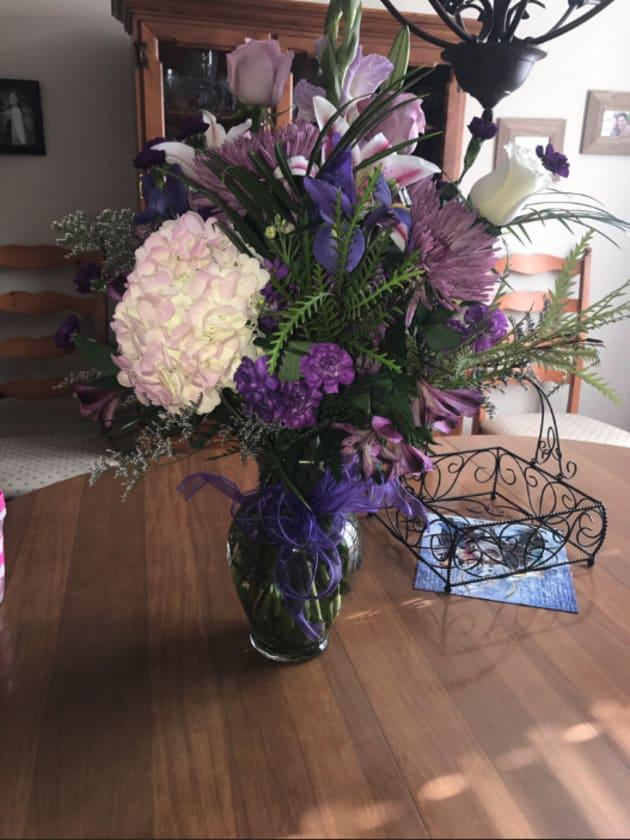 届いたのは紫の花束でした