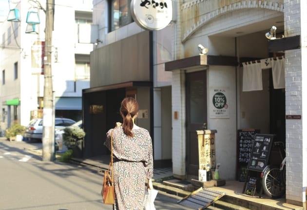 商店街の通りを一本入ると、珈琲屋さんやパン屋さんなどのお店が並ぶ。