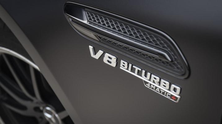 Mercedes-AMG GT 63 S 4MATIC+ 4-Türer Coupé, designo graphitgrau magno; Leder Exklusiv Nappa/Mikrofaser schwarz/gelbe Ziernähte; Kraftstoffverbrauch kombiniert: 11,2 l/100 km; CO2-Emissionen kombiniert: 256 g/km //Mercedes-AMG GT 63 S 4MATIC+ 4-Door Coupe, designo hyacinth red metallic; AMG nappa leather - black/red topstitching; Fuel consumption combined: 11.2 l/100 km; CO2 emissions combined: 256 g/km