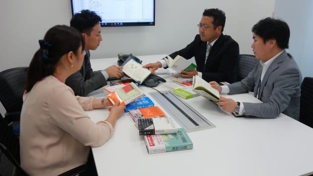 Dell社内でおすすめの本を選書している様子